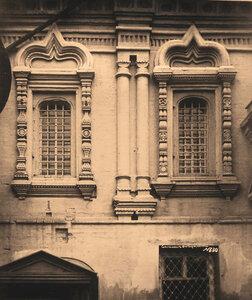 Вид окон южного фасада церкви Николая Чудотворца в Пыжах. Москва г.