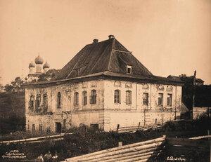 Вид - с северо-восточной стороны - старого дома на одной из улиц города. Ярославская губ.