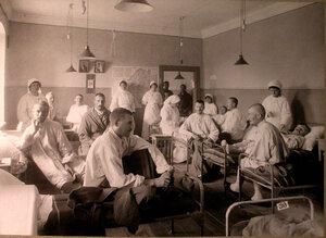 Медицинский персонал и раненые в палате французского госпиталя св.Екатерины.