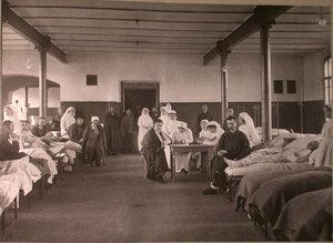 Раненые в палате лазарета,организованного при Трехгорном пивоваренном заводе.