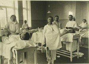Врачи, сестры милосердия и раненые в операционной  Евгенинского госпиталя № 1