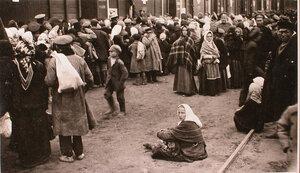 Беженцы у перевязочно-питательного поезда №13, организованного отрядом Красного Креста В.М.Пуришкевича в очереди за получением хлеба.