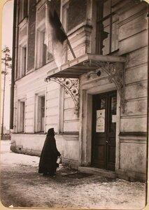 Вход в Петроградский госпиталь №1 Российского общества Красного Креста, оборудованный в здании Политехнического института.