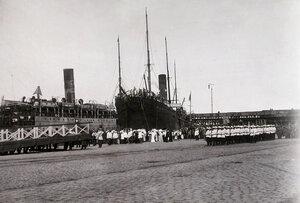 Горожане, военные чины, почетный караул на пристани в порту у прибывшего с Дальнего Востока судна  Отто Berc.