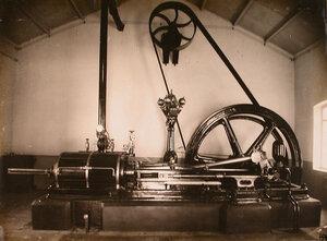 Вид дизельного двигателя в одном из цехов мастерской.
