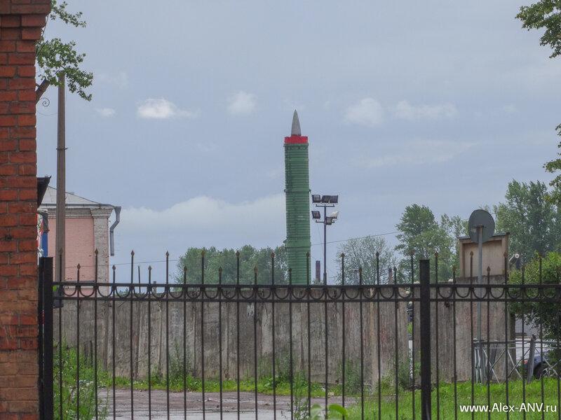 Если посмотреть от Воскресенской церкви в сторону Варшавского вокзала, то взгляд сразу натыкается на баллистическую ракету
