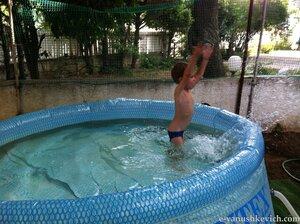 Любимая забава - плескаться в бассейне