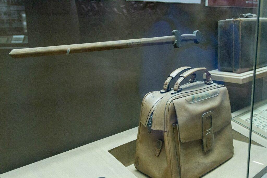 Сумка и деревянный меч