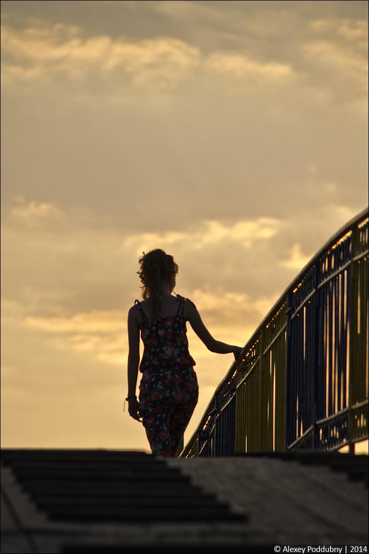 Незнакомка в лучах заката