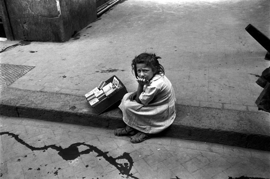 Италия, Неаполь, 1948 год - Скучающая девочка, которая торгует сигаретами посреди улицы