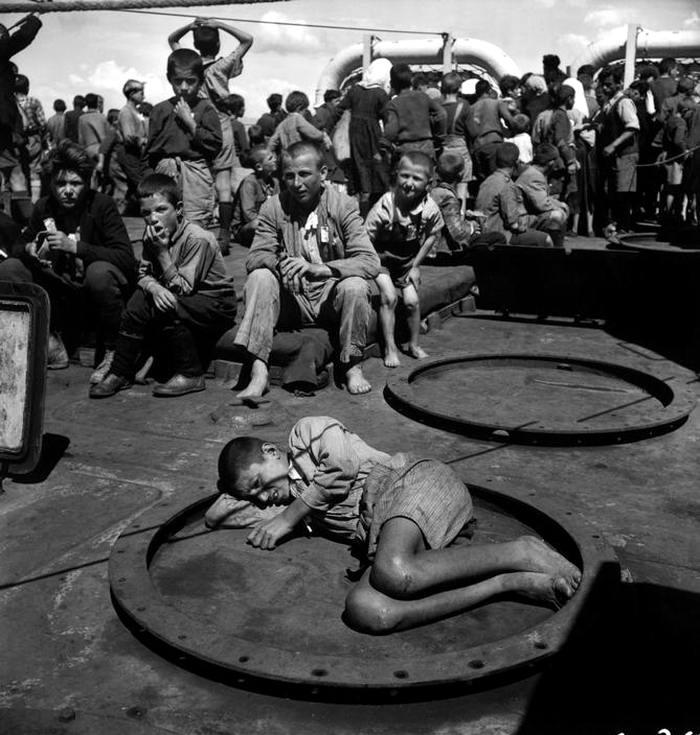 Греция, 1947 год - Группа голодных и обездоленных детей, которых эвакуируют с островов на материк