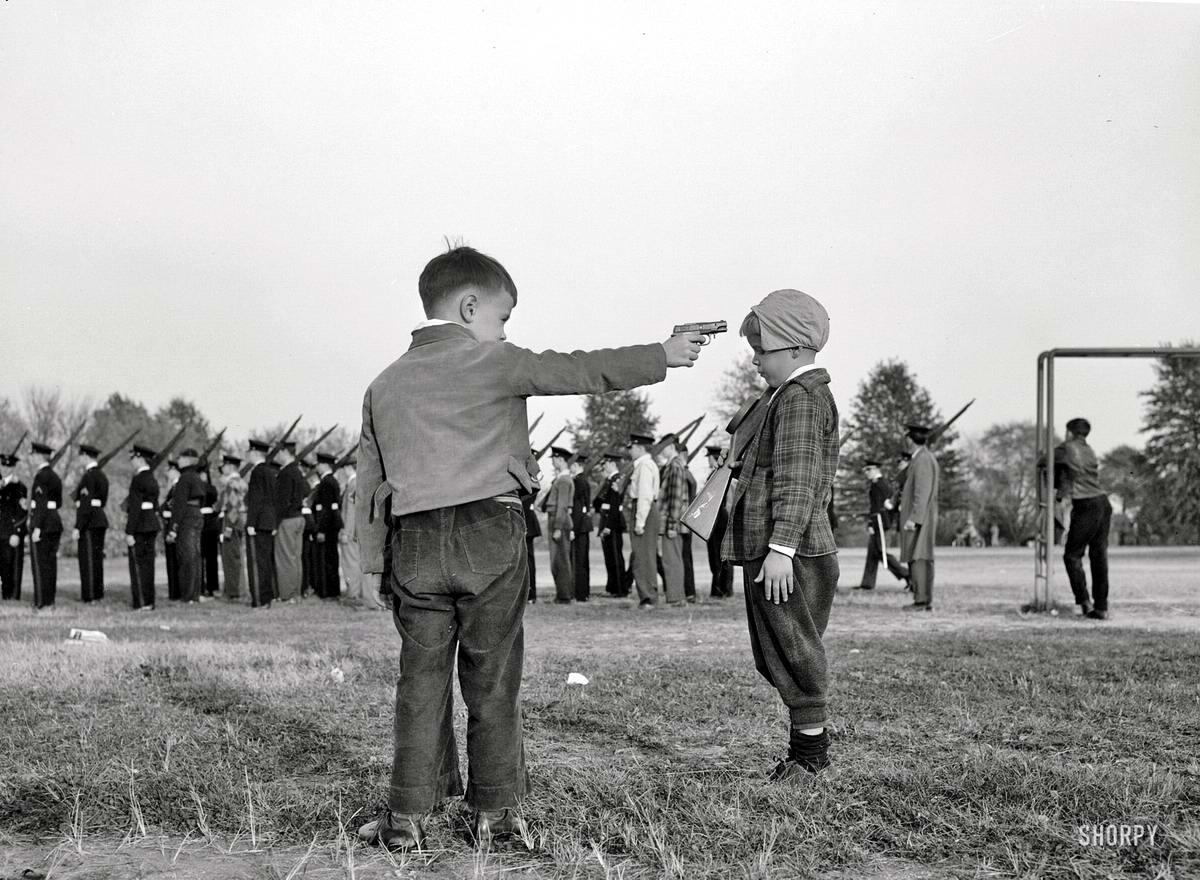 Взрослые игры мальчишек военного времени (1943 год)