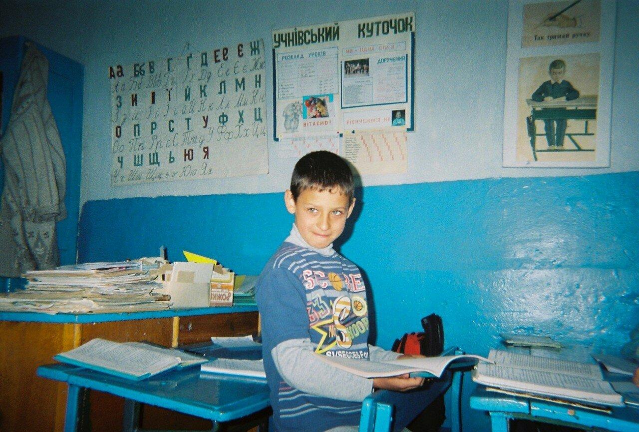 Мальчик стоит в его классе в школе села Оран, в нескольких километрах от Чернобыльской зоны отчуждения