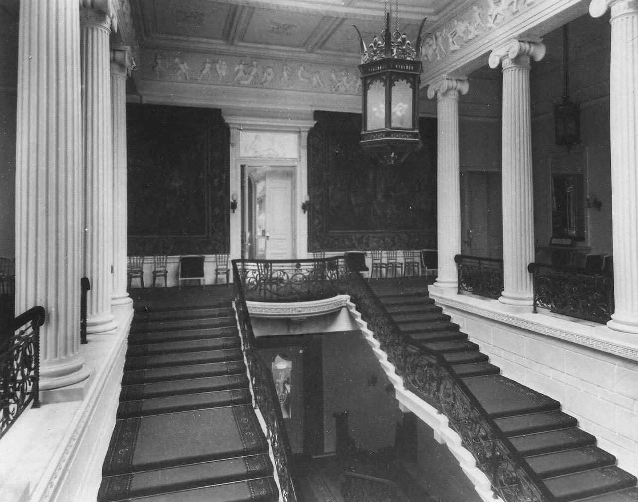 07. Лестница в посольстве
