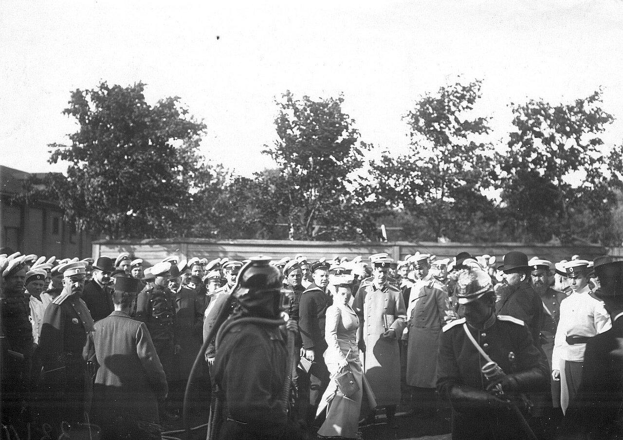 02. Зрители наблюдают за работой пожарников во время пожарных опытов. 1909