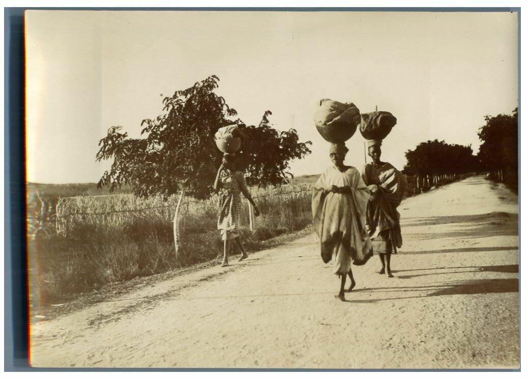 Женщины идут торговать на рынок Сен-Луи. 1900