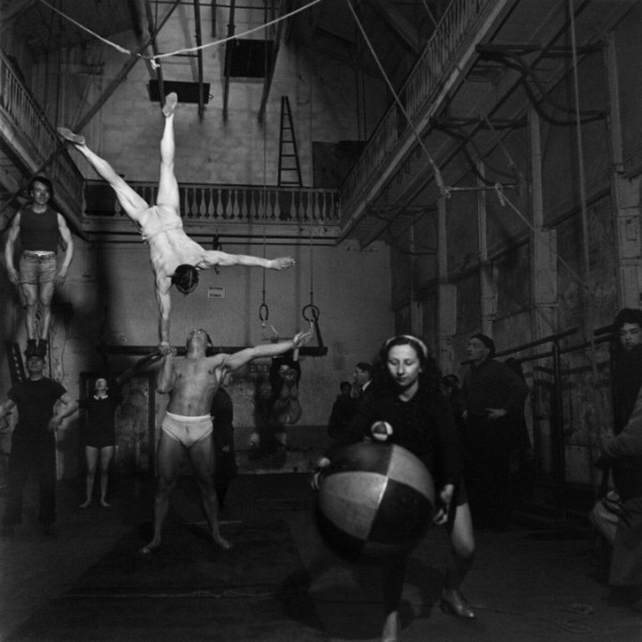 1949. Репетиции циркачей из цирка Пиндер