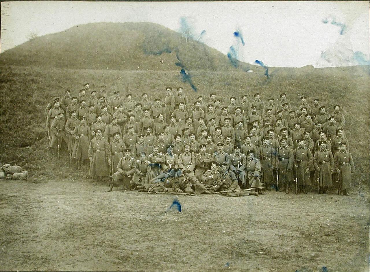 22. Группа солдат и офицеров после парада перед Георгиевскими кавалерами в редуте №2 крепости