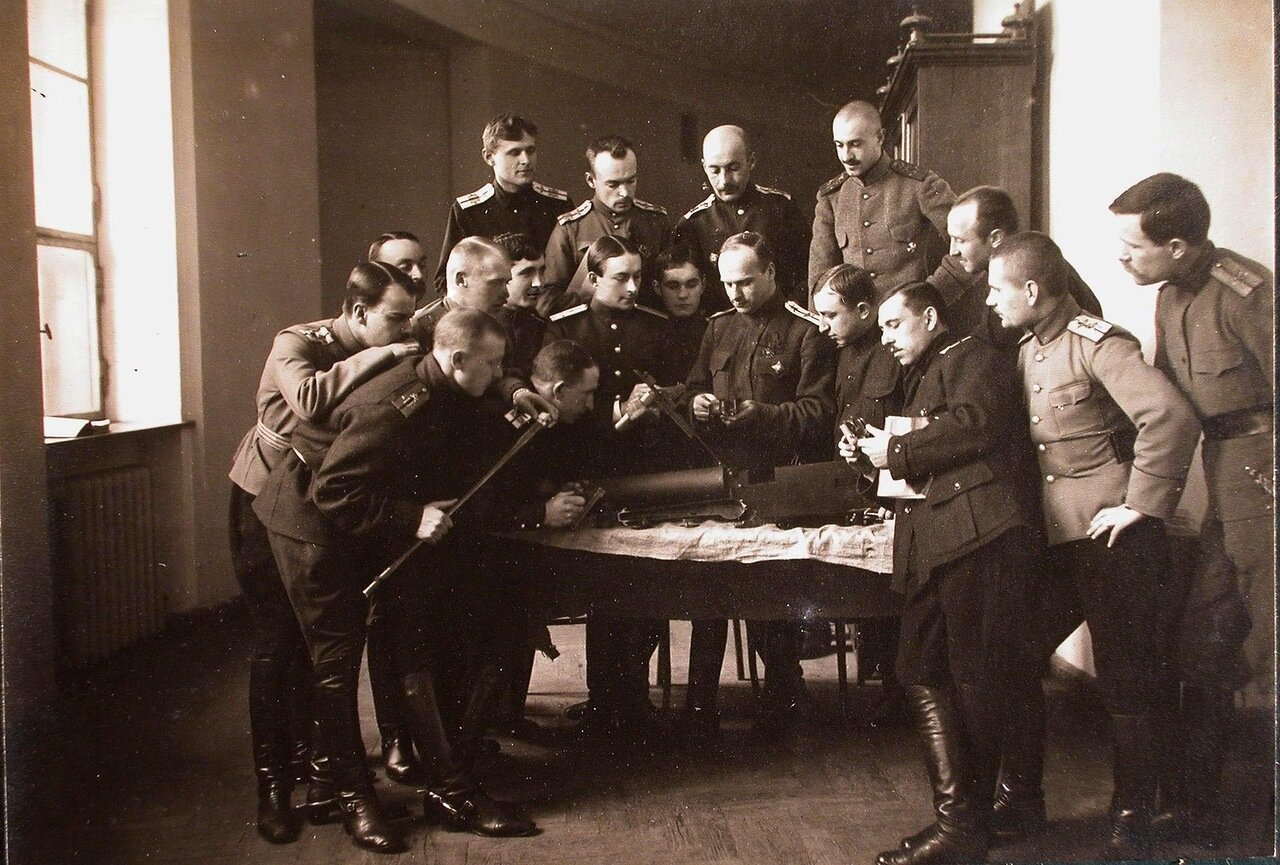 21. Группа слушателей школы во время практических занятий за разборкой пулемета