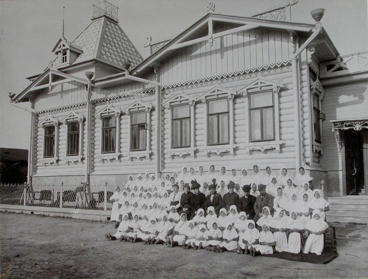 01. Группа воспитателей и воспитанников колонии у одного из зданий