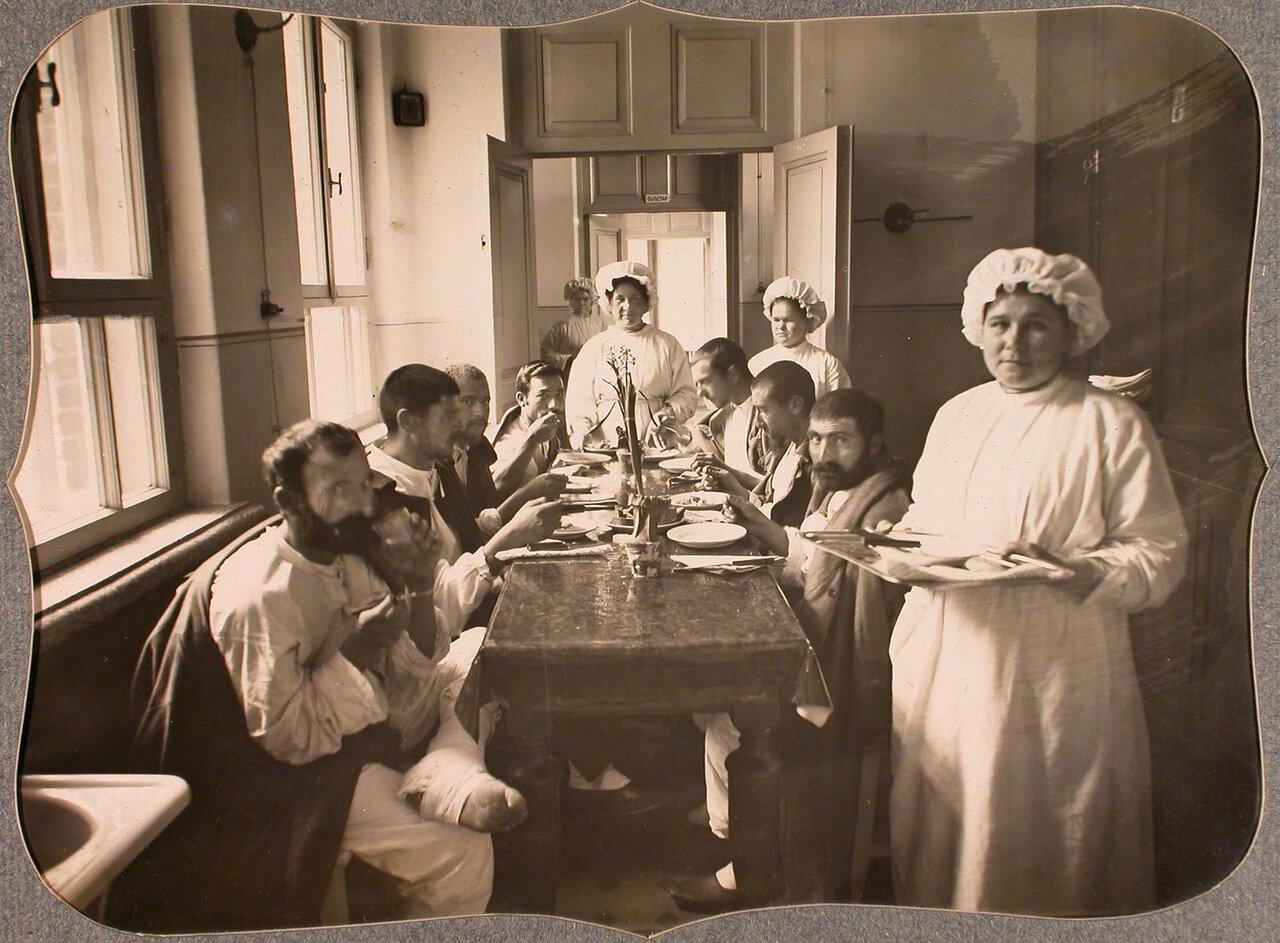 45. Группа нижних чинов и сестры милосердия в столовой лазарета общины во время обеда