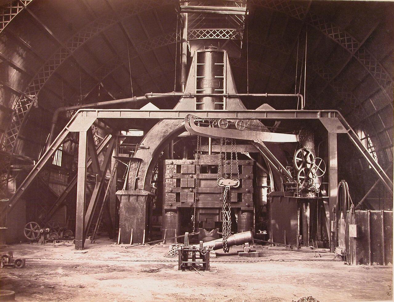 08. Паровой молот весом в 50 тонн, установленный в одном из цехов завода