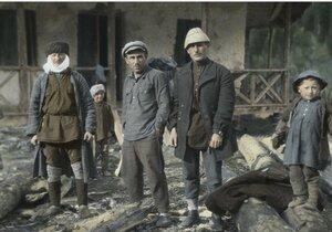 Школьный учитель с учениками из села Кали в Сванетии