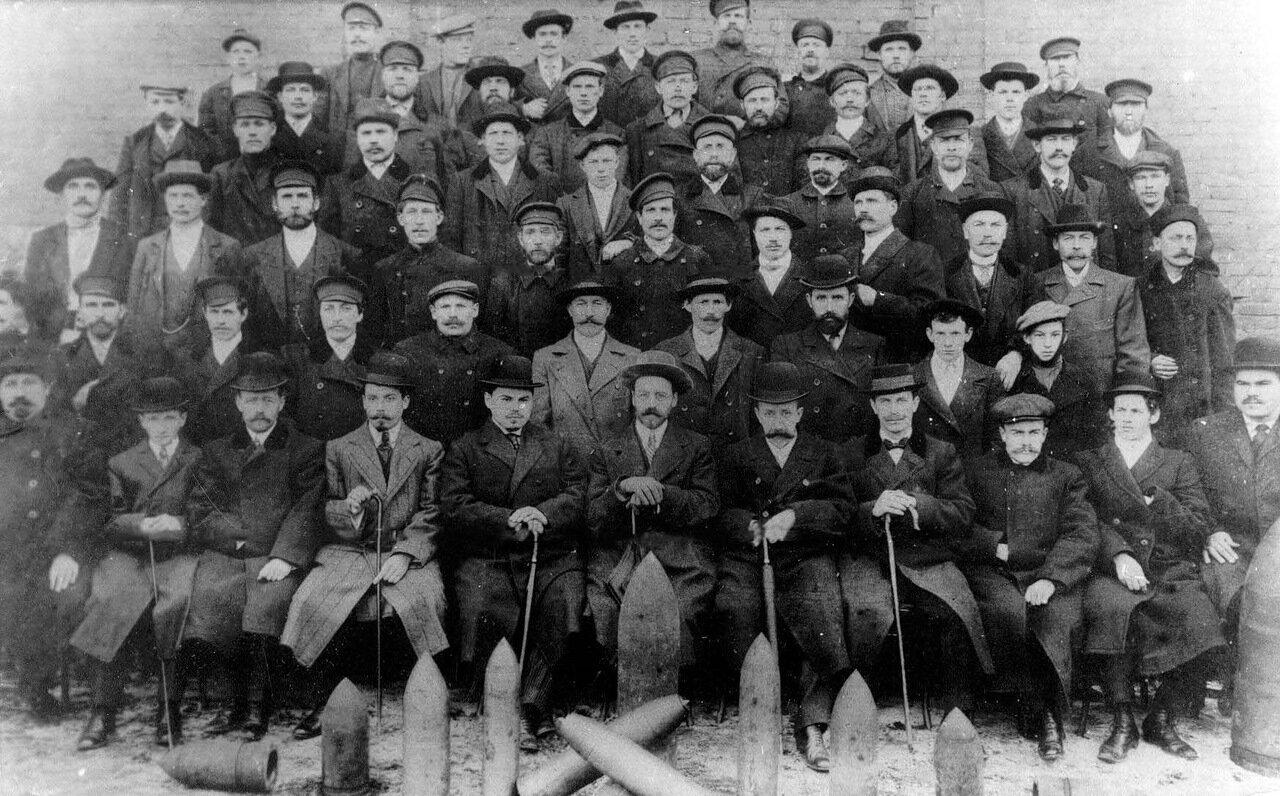 16. Группа служащих завода. 1914-1916