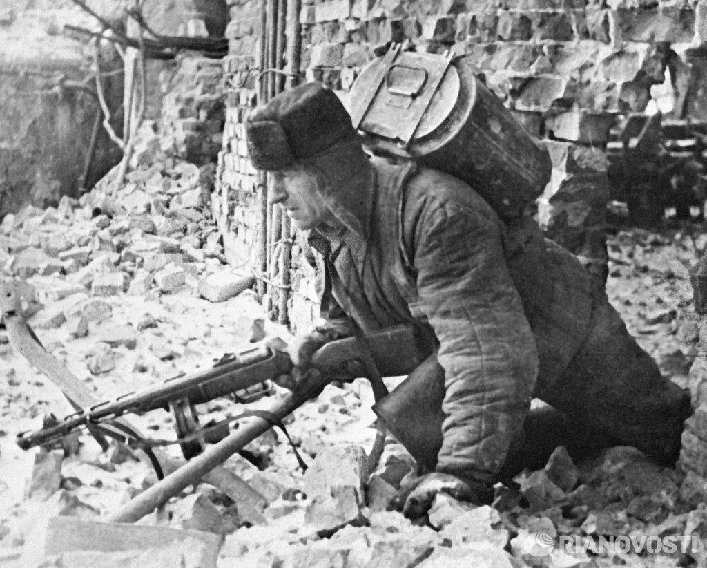 1942. Солдат доставляет обед на передовую