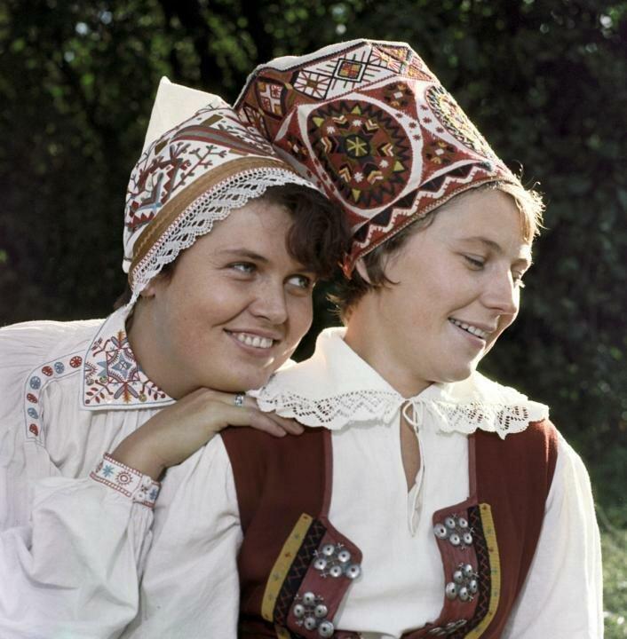 1967. Девушки в национальных костюмах