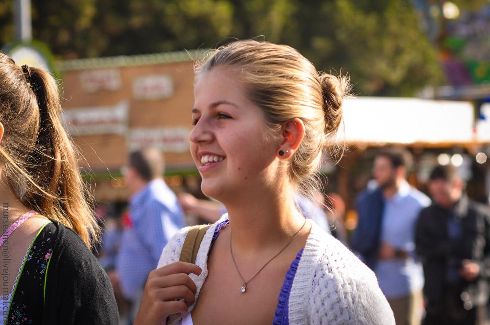 Женские выпуклости и впадины на Октоберфесте girls-Oktoberfest-(25).jpg
