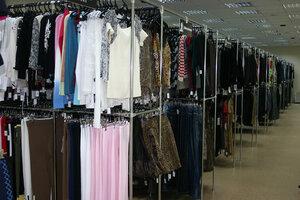 Приобретение стоковой одежды - розница или опт