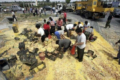Что происходит, когда в Китае переворачивается грузовик