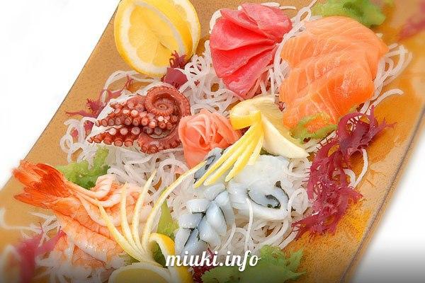 Как есть суши и другие кушанья в суши-баре
