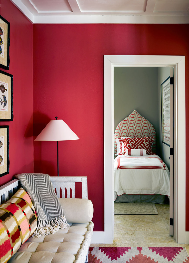 интерьер, стены пурпурного цвета, кровать, диван, торшер