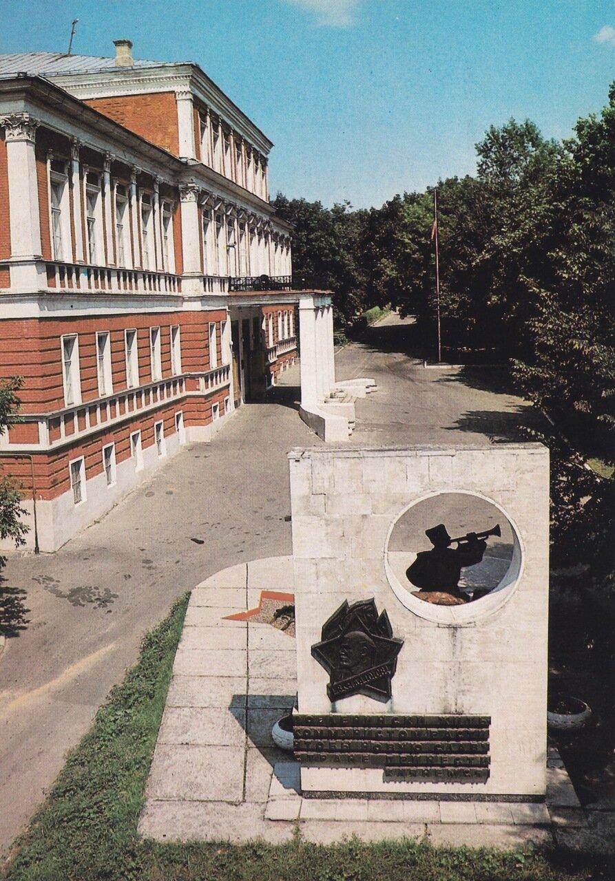 Дворец пионеров имени Ю.А. Гагарина с монументом в честь 50-летия Всесоюзной пионерской организации.jpg