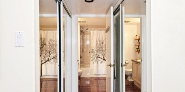 Зеркала, расположенные напротив окна, визуально делают пространство просторнее. Сделайте дверцы гард