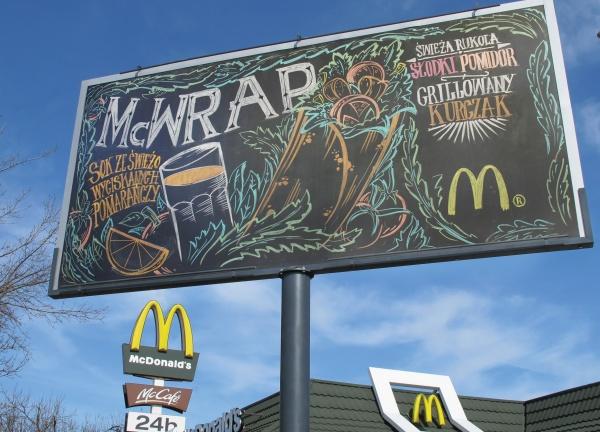 Рекламу McDonalds рисовали каждый день на меловом билборде