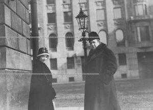 Артисты М. Ведринская и Н. Ходотов театра у входа в театр.