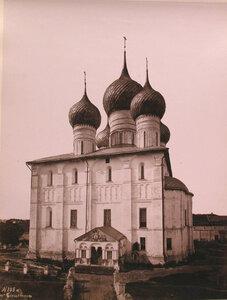 Вид на Успенский собор в Кремле (построен в XVI в.-пятый на этом месте;первые службы начались в соборе в 991 г.). Ярославская губ.