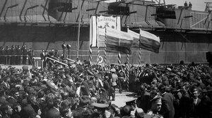 Император Николай II сходит с вступающей в строй ПЛ Нарвал.  Второй план - строящийся ЛК Император Александр III