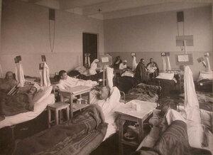 Раненые в палате лазарета,устроенного при Педагогических курсах.