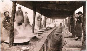 Солдаты у ряда из 36 котлов с горячей пищей на соединительном врачебно-питательном пункте, организованном отрядом Красного Креста В.М.Пуришкевича.
