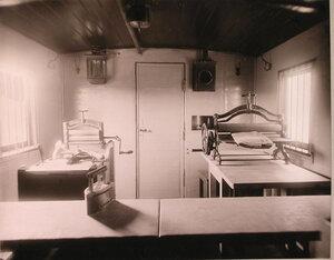 Внутренний вид вагона поезда, оборудованного под кладовую для белья и его глаженье.