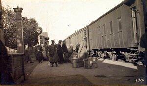 Нижние чины полевой почтовой конторы у ящиков с прибывший на станцию почтой.