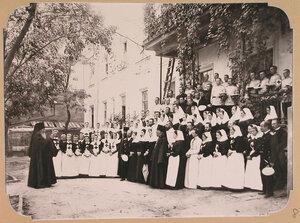 Архиепископ Херсонский и Одесский  Иустин благословляет отряд сестер милосердия и санитаров на работу в плавучем госпитале, организованном на пароходе Царица.