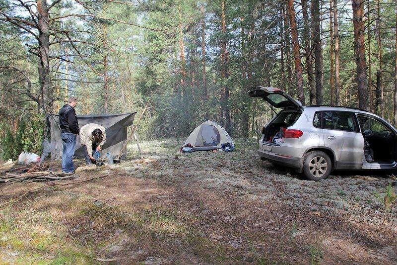 Ночевка в Медведском бору: костер, палатка и машина