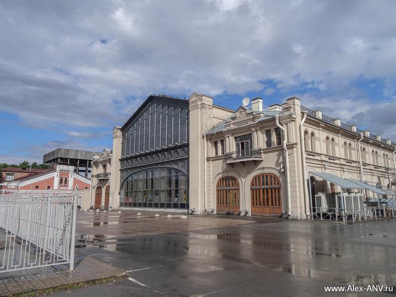 Здание Варшавского вокзала со стороны путей