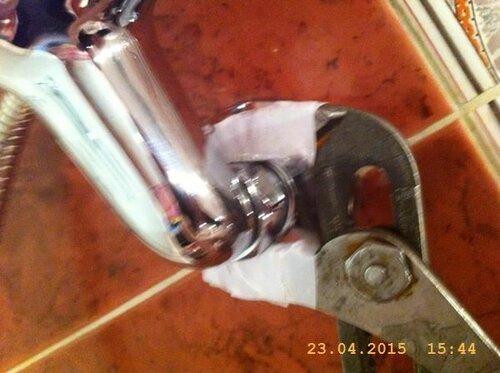 Нежно подтягиваем крепёжные гайки смесителя
