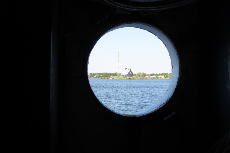 Вид из иллюминатора довольно живописен. А еще интереснее с палубы корабля, однако холодно там даже летом.